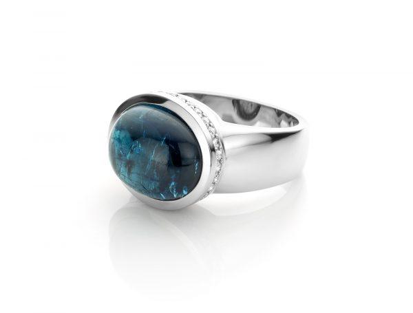 ring van witgoud 18 karaat met cabochon geslepen indigoliet toermalijn independent blue cober
