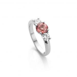 verlovingsring met peachkleurige saffier en diamanten in wtgouden verlovingsring cober