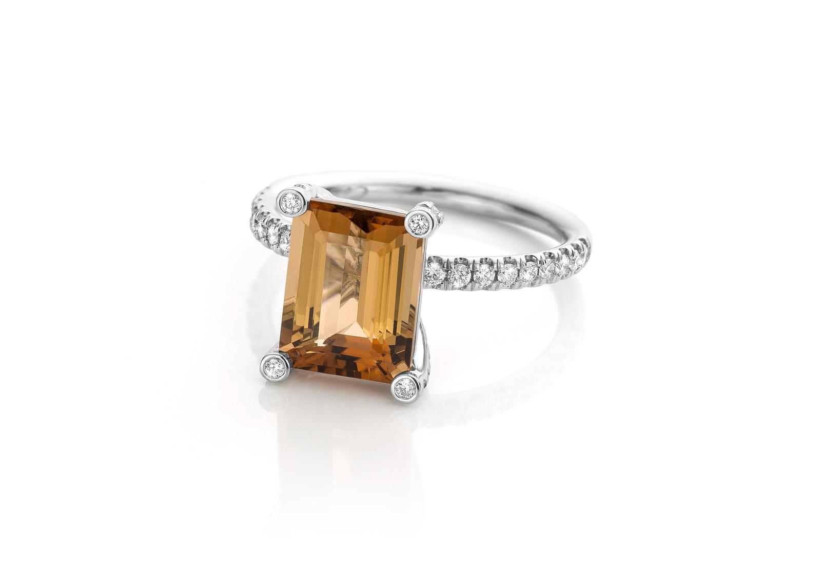 witgouden ring 14 karaat met toermalijn en diamanten fronting the mirror cober