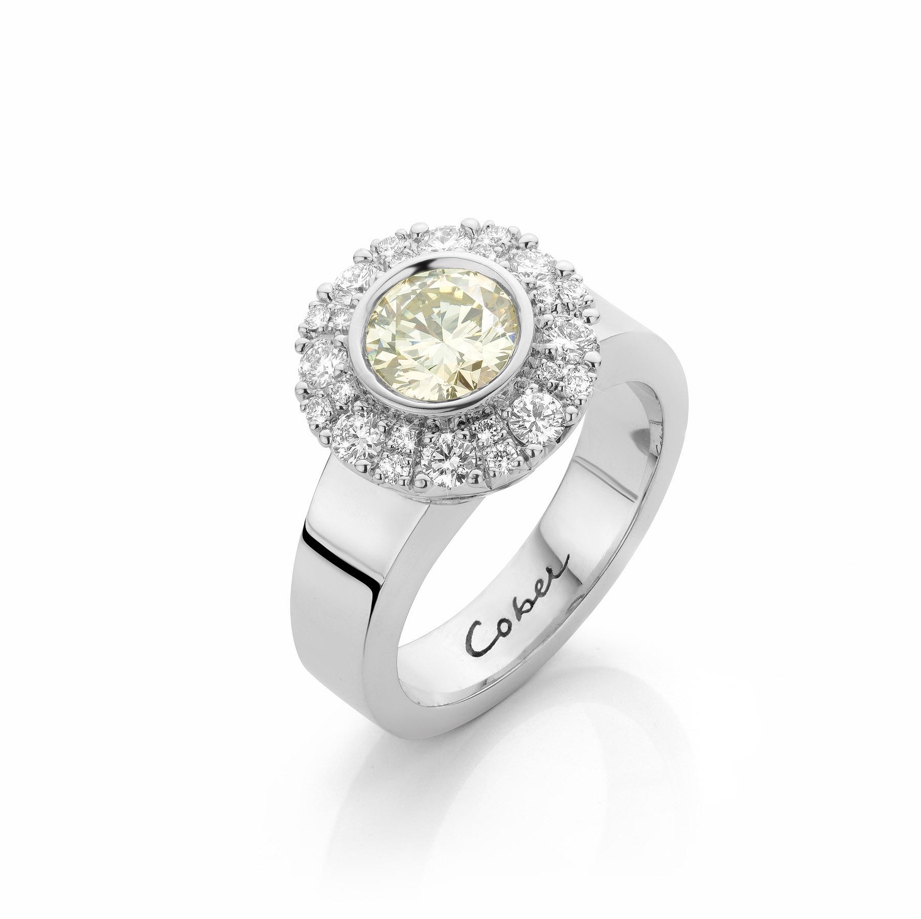 Groene diamant in 18 karaat witgouden ring