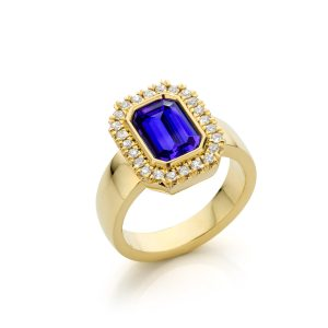 Handmade yellow gold ring with tanzanite